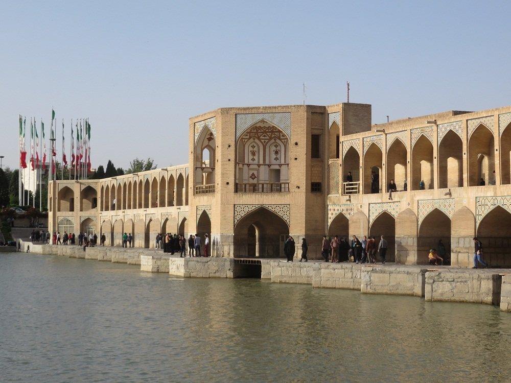 774e0aff7715ba Une grande rivière Zayandeh Rud traverse Ispahan , ponctuée de nombreux  ponts , certains neufs , d autres à arches datant de plusieurs siècles, ...